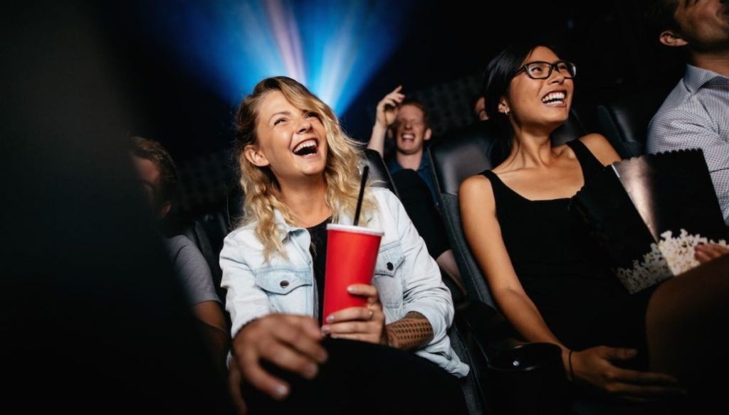The perfect look for a cinema with friends: here are three ideas