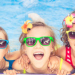 Sunglasses at the beach for children? The expert says yes