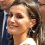 Letizia of Spain, the look is a fairy tale but she risks falling