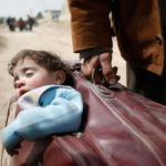 Syria, the child in dad's suitcase. The (harrowing) symbol of an endless tragedy