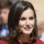 Letizia of Spain dares with red pants and enchants. Better than Meghan and Kate