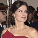 Letizia of Spain enchants in red. Even with the low-cost look like Kate Middleton