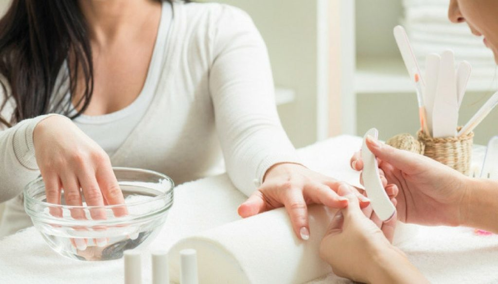 Acrylic nails reconstruction: what it is and how to do it