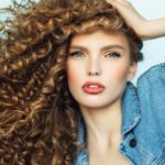 Curly hair: cuts, colors, hairstyles and everything you need to know