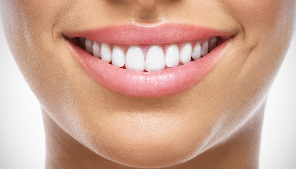 Perfect white teeth with cold water and electric toothbrush: tricks of the stars