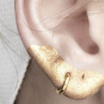 Glitter and eye shadows for the ear lobes: a new fashion trend