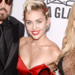 Amfar: Miley Cyrus with her mom, more unglued than her
