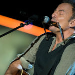 Bruce Springsteen dedicates a song to the victims of the earthquake