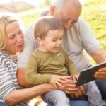 Increasingly digital grandparents, between online shopping and social networks