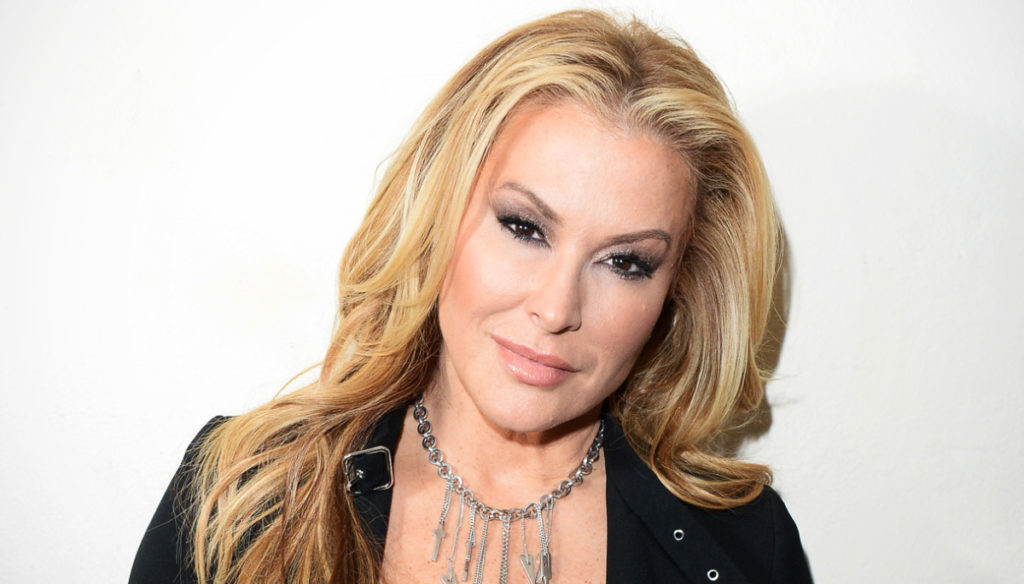 Anastacia naked on Instagram against breast cancer