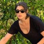 Elisa Isoardi on Instagram copies Mara Venier: barefoot house cleaning