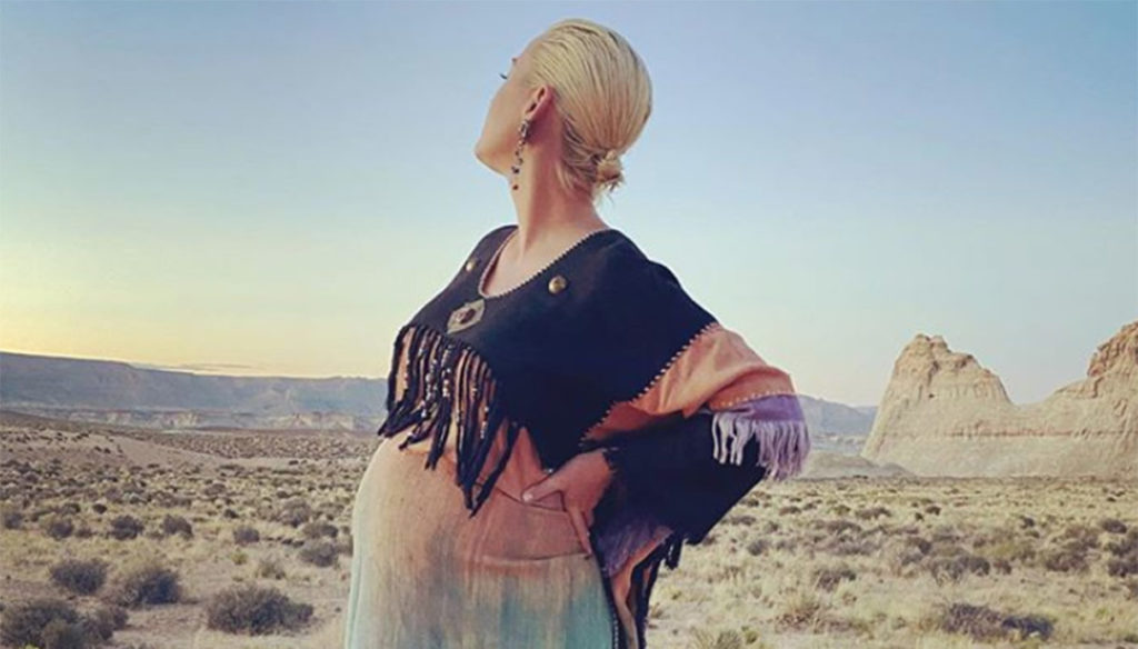 Katy Perry, belly and inspiration in the desert