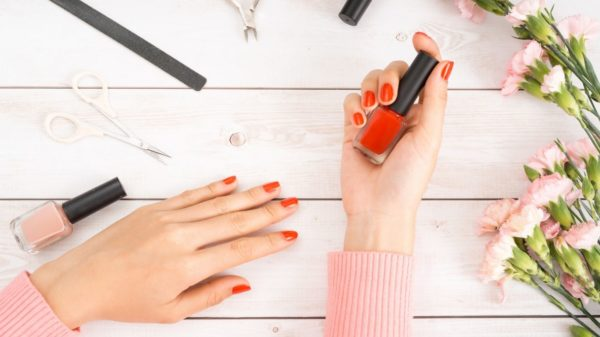 How to apply nail polish by yourself: 10 tricks to make no mistakes