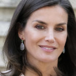 Letizia of Spain at the cinema with Felipe: her soap and water look is perfect