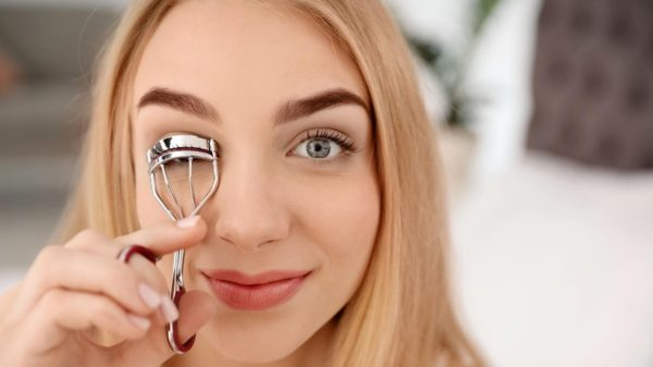 How to curl eyelashes with eyelash curler, how do you use it?