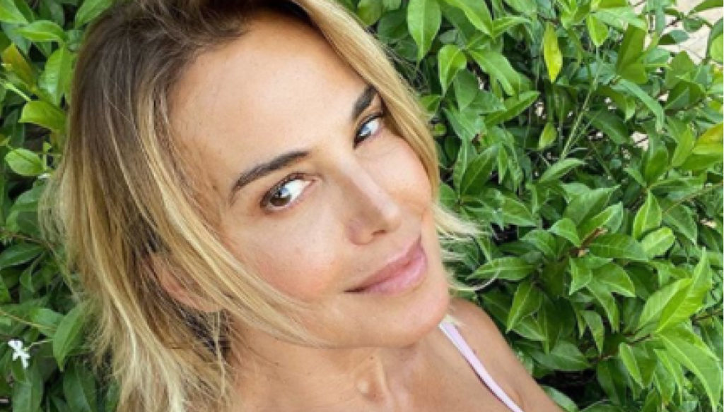 Barbara D'Urso publishes a selfie without makeup and jokes about her love life