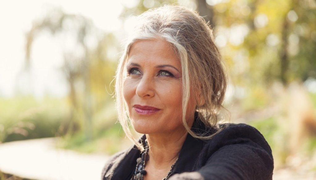 How to take care of white hair to have it shiny and healthy