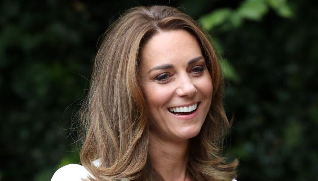 Kate Middleton incanta con il look in bianco e oscura Meghan Markle