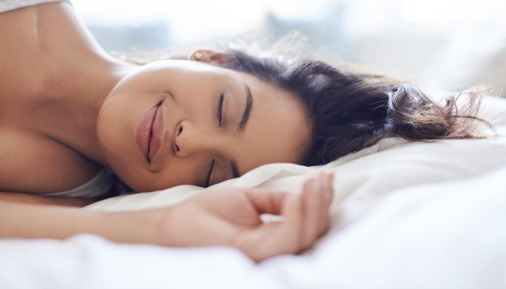 donna in relax sul letto
