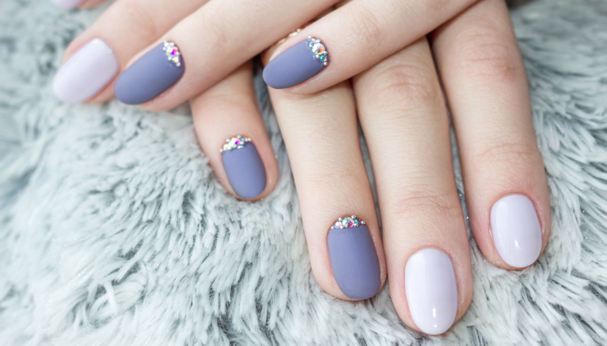 Simple and delicate nails