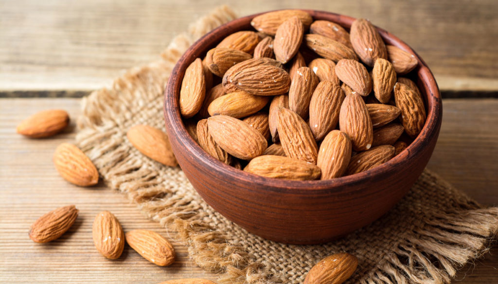 Diet with almonds to protect the heart from risks