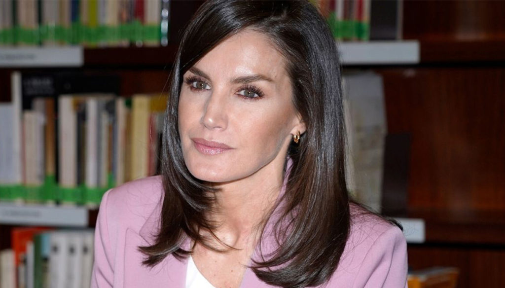 Letizia of Spain shines with her favorite career woman look