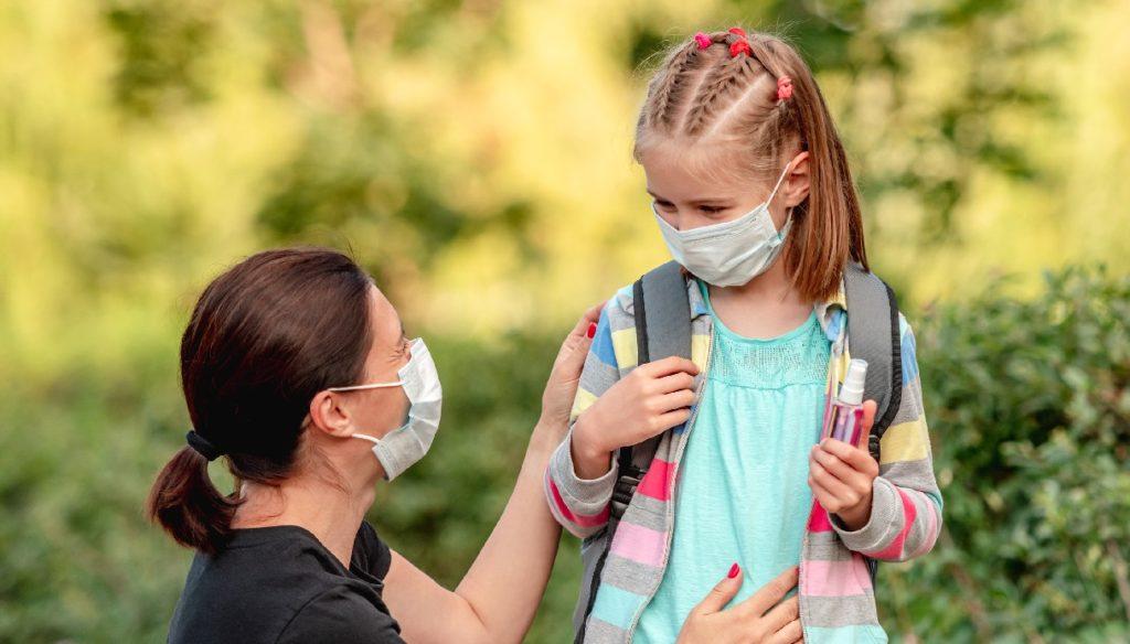 Mamma e figlia con mascherina