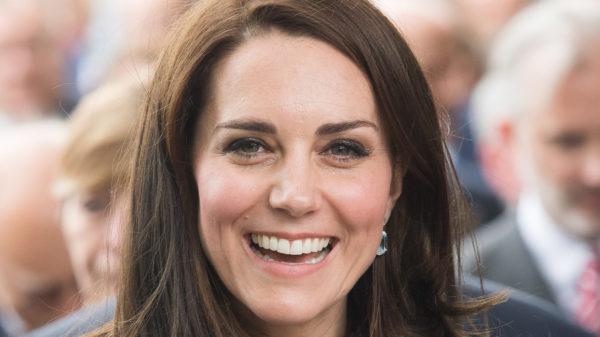 Kate Middleton incanta col tailleur pantaloni ma cede alla Regina