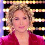 Live, Barbara D'Urso favolosa col tailleur lampone: è un vulcano di energie