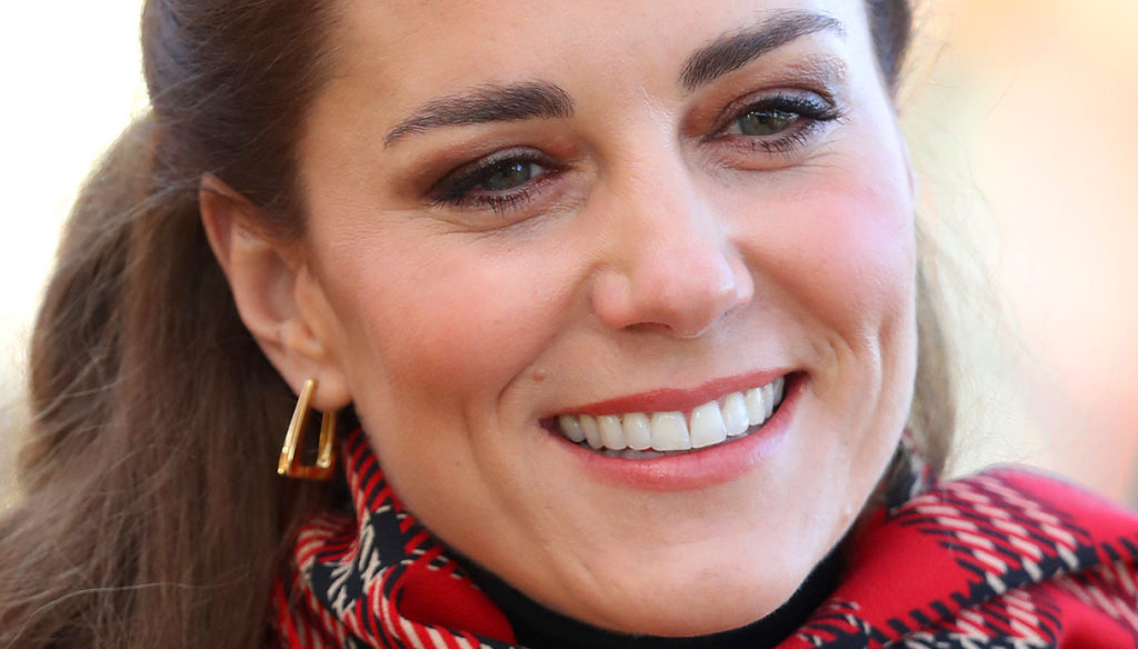 Kate Middleton in red is a fairy tale and does not give up on the Christmas tradition