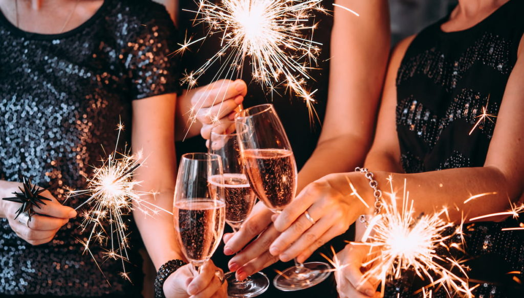 Alcohol and women, how to behave for the end of year toast