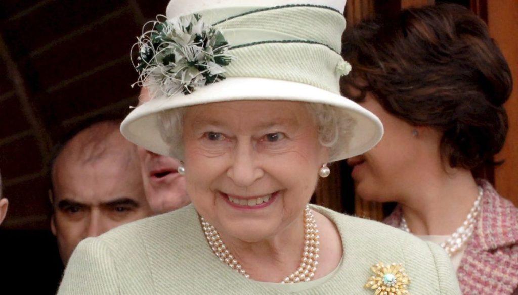 I regali più bizzarri e strani ricevuti dalla Regina Elisabetta a Natale