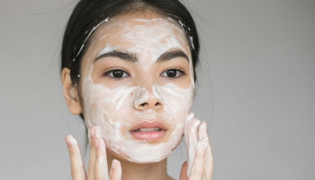 Remove make-up and cleanse the skin: the best products and accessories to try in 2021