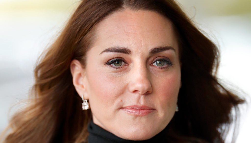 Kate Middleton goes back to work: the jacket is a fairy tale but the hairstyle is wrong