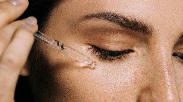 applicazione peeling acido glicolico su pelle del viso