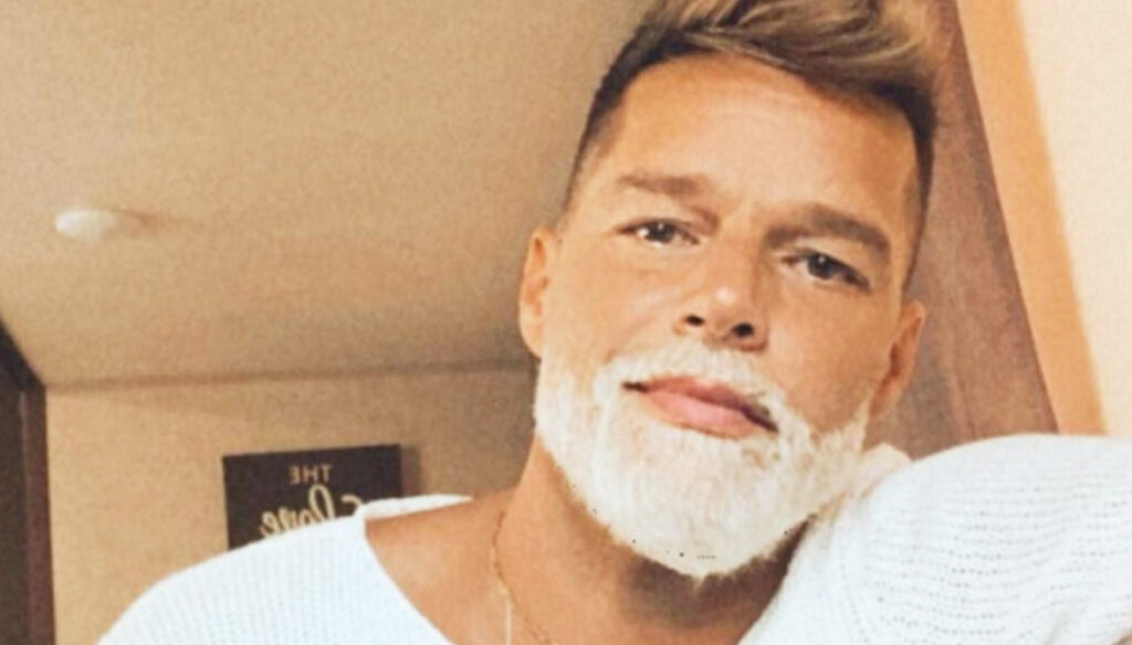 "Ricky Martin surprises on Instagram with a new ""platinum"" look"