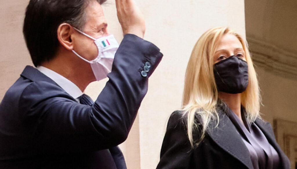 Olivia Paladino mano nella mano con Conte: il look impeccabile e il saluto