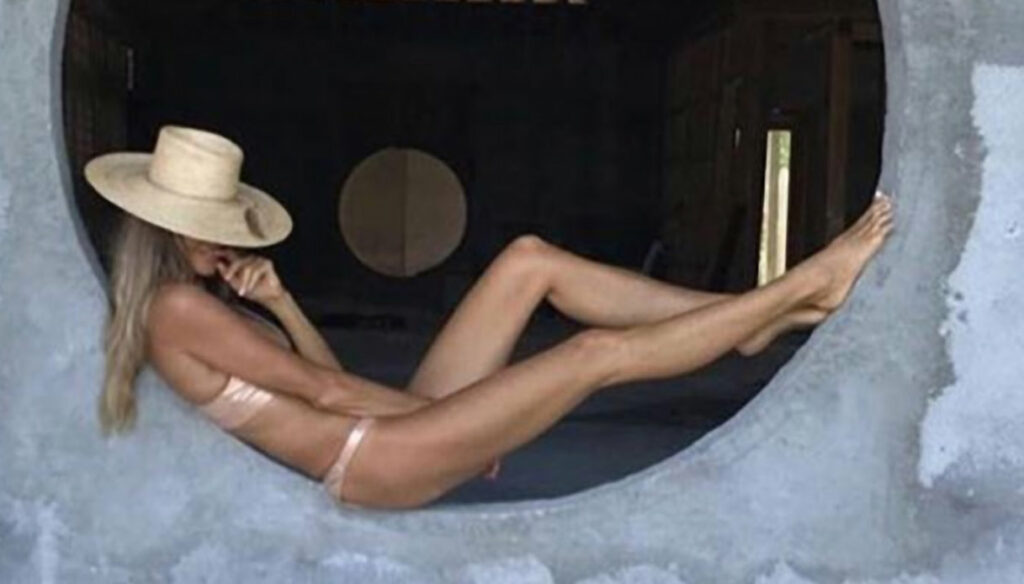 """Elle Macpherson without veils in the pool: at 56 she is still """"The Body"""""""