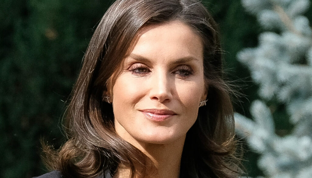 Letizia of Spain, skirt on sale at 40 euros and kimono shirt that we should all have