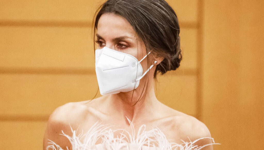 Letizia of Spain seduces Andorra with her feather bustier and flexes her muscles