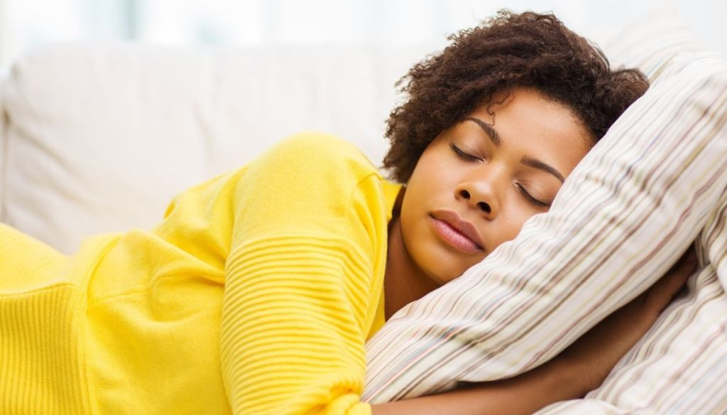 "young black woman curly yellow sweater sleeps on pillow with striped pillowcase ""width ="" 1024 ""height ="" 584 ""srcset ="" https://Tipsforwomens.it/wp-content/uploads/sites/3/2021/03/Federe -in-silk-the-must-have-for-skin-and-hair-more-beautiful-washing-maintenance.jpg? resize = 1217,694 1217w, https://Tipsforwomens.it/wp-content/uploads/ sites / 3/2021/03 / silk-pillowcases-the-must-have-for-skin-and-hair-more-beautiful-washing-maintenance.jpg? resize = 300,171 300w, https://Tipsforwomens.it /wp-content/uploads/sites/3/2021/03/Federe-in-seta-laccessorio-da-avere-per-pelle-and-capelli-piu-belli-lavaggio-manenzia.jpg?resize=768,438 768w, https://Tipsforwomens.it/wp-content/uploads/sites/3/2021/03/Federe-in-seta-laccessorio-da-avere-per-pelle-e-capelli-piu-belli-lavaggio-manegni. jpg? resize = 1024,584 1024w, https://Tipsforwomens.it/wp-content/uploads/sites/3/2021/03/Federe-in-seta-laccessorio-da-avere-per-pelle-e-capelli - most-beautiful-washing-maintenance.jpg? resize = 436,249 436w, https://Tipsforwomens.it/wp-content/uploads/sites/3/2021/03/Federe -in-silk-the-accessory-to-have-for-skin-and-hair-more-beautiful-washing-maintenance.jpg? resize = 1080,616 1080w ""sizes ="" (max-width: 1024px) 100vw, 1024px"