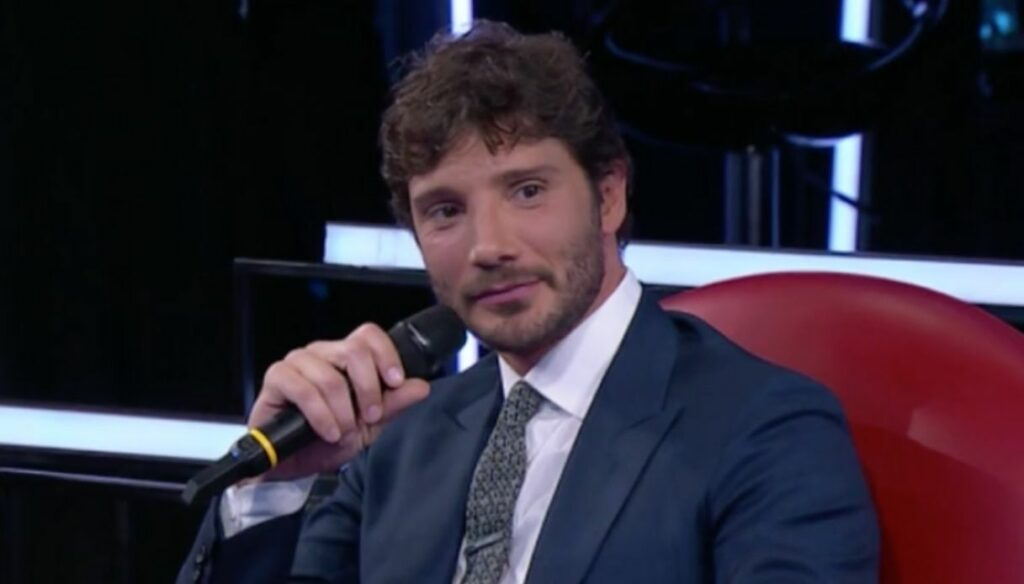 Amici, Stefano De Martino difende Martina e fa sognare cantando Emma