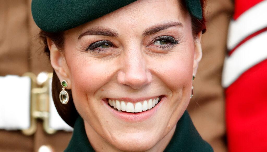 Kate Middleton ritrova il sorriso e il blazer verde da 70 euro è una favola