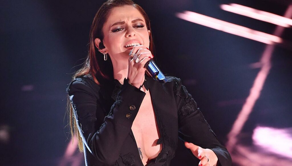 Sanremo 2021, Annalisa first. But it's her cleavage that wins