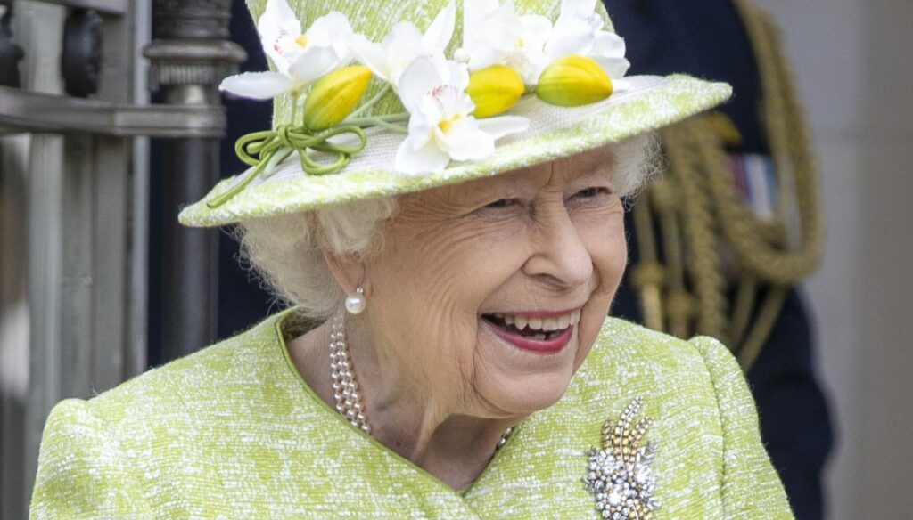 The Queen and Prince Charles smiling in the park: the official Easter photos