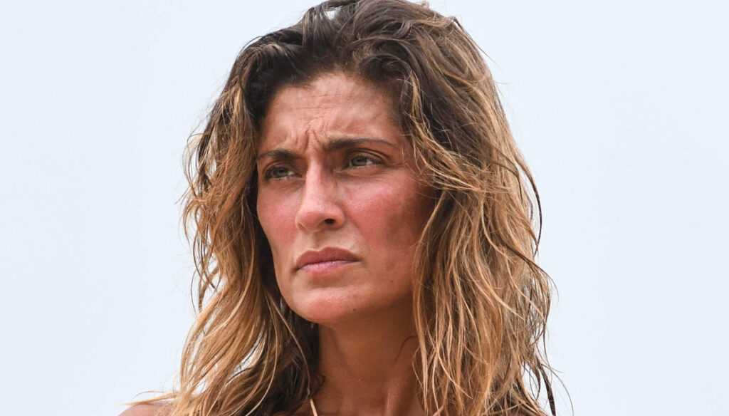 Isola dei Famosi: Elisa Isoardi flexes her muscles, cries for her brother and is forgiven