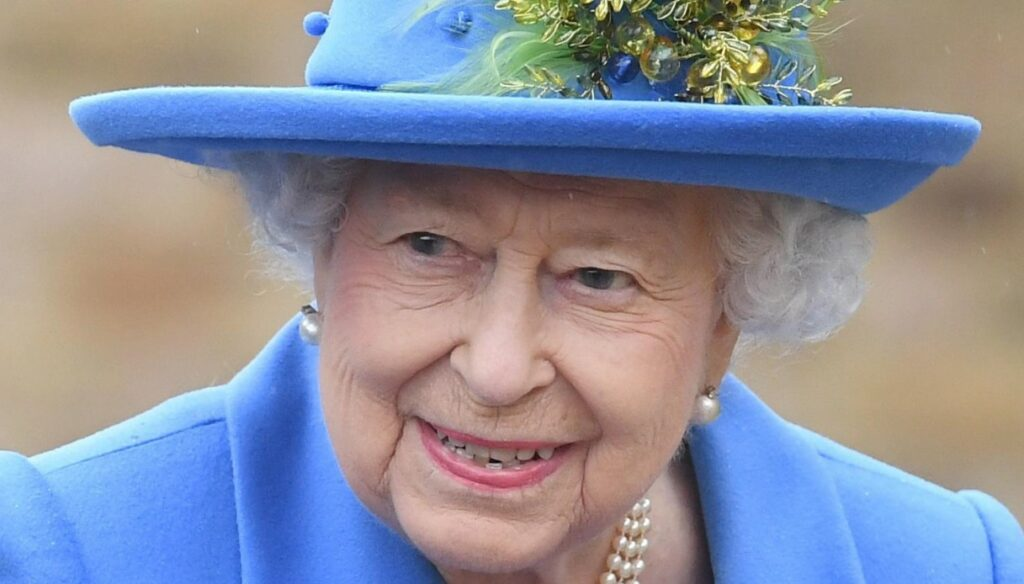 The Queen takes away the mourning but does not forget: the homage on the heart for Philip