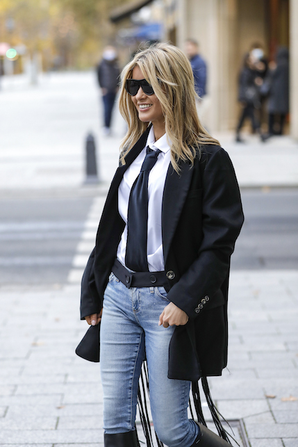 How to wear a black satin jacket: with jeans