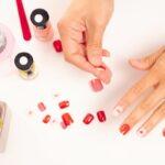 mani applicano unghie finte colorate con cuori pianta grassa