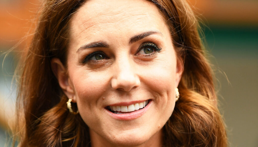Kate Middleton, the red coat is a fairy tale. And the micro-bag is selling like hot cakes